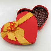 Коробка в форме сердца с цветами на крышке